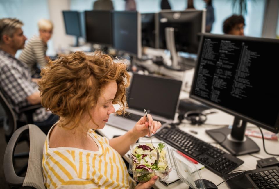 posiłek wpracy przy komputerze
