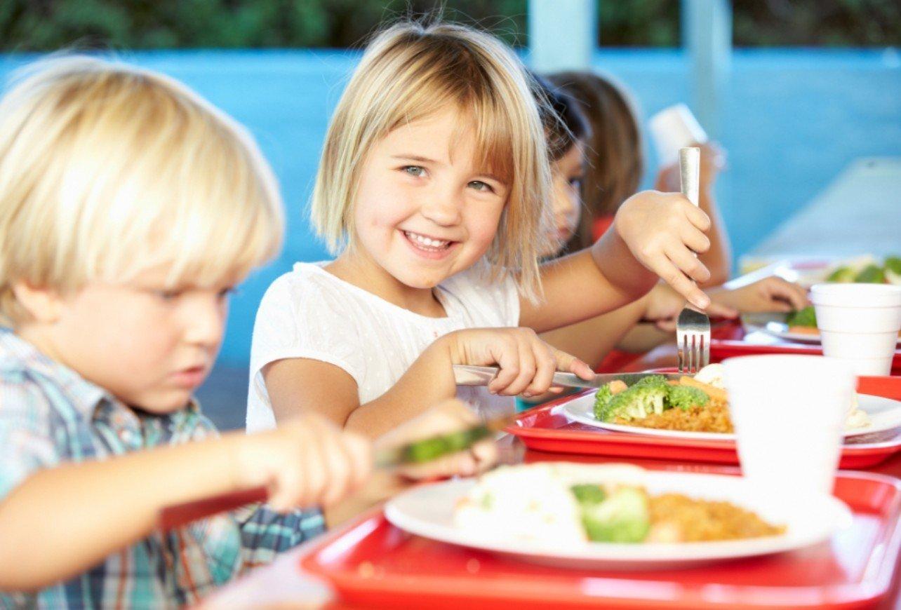 dzieci wtrakcie posiłku